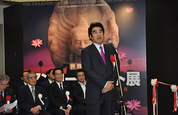 世界遺産アンコールワット展」で挨拶される半田晴久在福岡カンボジア王国名誉領事