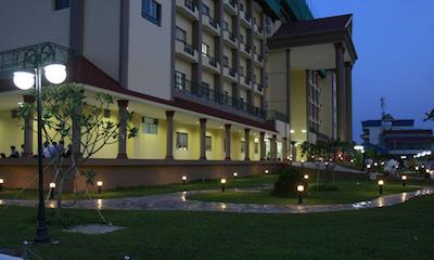 ワールドメイトが支援するシアヌーク病院と私立カンボジア大学